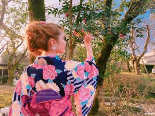草の中に立っている少女の写真・画像素材[1666457]