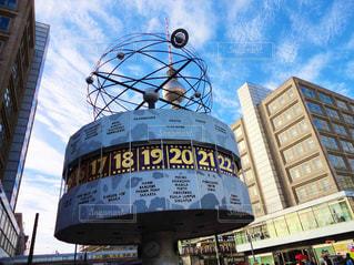 建物の側面にある記号を持つ大規模なタワーの写真・画像素材[1817860]