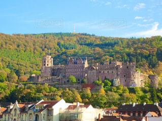背景の山の城の写真・画像素材[1817867]