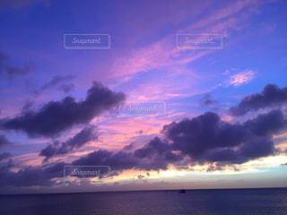 水体の空に雲の写真・画像素材[1860340]