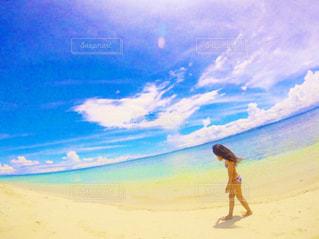 砂浜の上に立つ人の写真・画像素材[2337017]