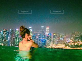 水の前に立っている人の写真・画像素材[2438285]