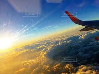 空を飛んでいる大きな飛行機の写真・画像素材[2858083]