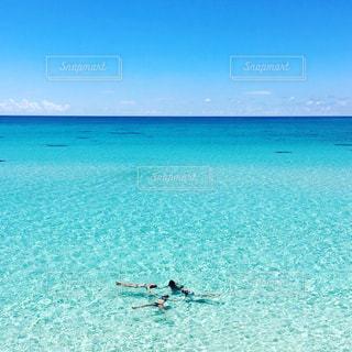 海の横にある水の大規模な体の写真・画像素材[900498]