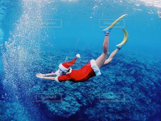 水の体の横に立っている人の写真・画像素材[917473]