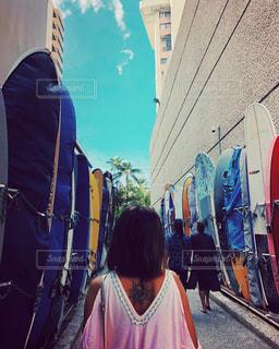 電車の横に立っている人の写真・画像素材[1015931]