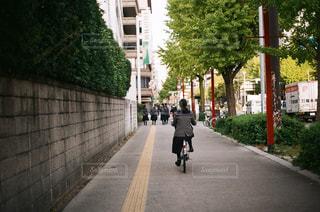 都市通りで自転車を乗る人の写真・画像素材[994308]