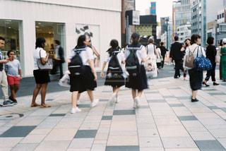 歩道を歩いている人のグループの写真・画像素材[994310]