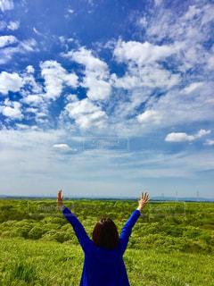 自然,空,屋外,緑,青空,青,清々しい,ポジティブ,頑張る,前向き,深呼吸,両手を広げて