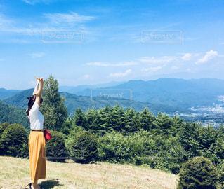山の前に立っている人の写真・画像素材[2819020]