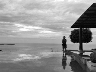 水の体の横に立っている人の写真・画像素材[813097]