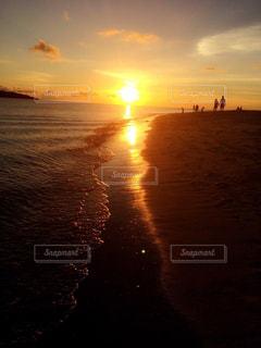 水の体に沈む夕日の写真・画像素材[901031]