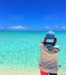 水の体の横に立っている人の写真・画像素材[914279]