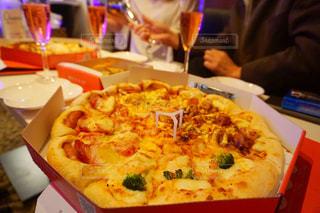 テーブルの上に座ってピザ - No.938343