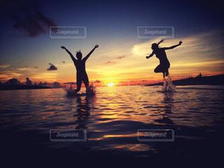 水の体に沈む夕日の写真・画像素材[957063]