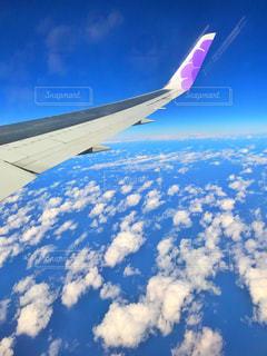 空を飛んでいる飛行機の写真・画像素材[986524]