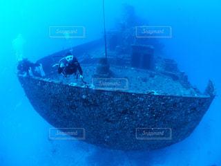 ボートの背に乗る男 - No.997674