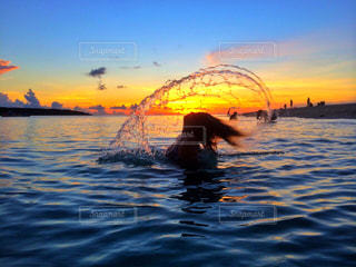 水の体の上サンセット イエローの写真・画像素材[1018032]