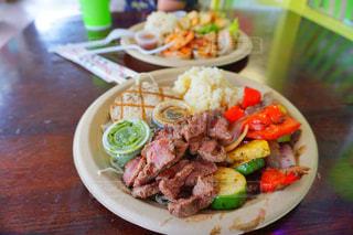 テーブルの上に食べ物のプレートの写真・画像素材[1286763]