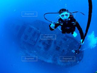 水の中を泳いでいる人の写真・画像素材[1385324]