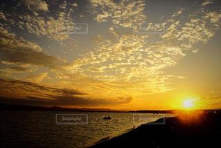 水の体に沈む夕日の写真・画像素材[1385332]