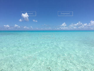 海の横にある水の体の写真・画像素材[1385371]