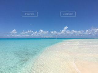 海の横にある水の体の写真・画像素材[1385372]