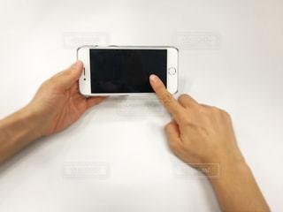 携帯を操作するの写真・画像素材[343784]