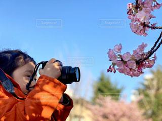 写真を撮る子供の写真・画像素材[1837787]