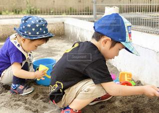 子ども,2人,公園,夏,砂,青,帽子,子供,横顔,Tシャツ,赤ちゃん,おもちゃ,幼児,夏休み,初夏,ハット,男の子,兄弟,スニーカー,キャップ,真剣,泥,夢中,あそぶ,半袖,お砂場
