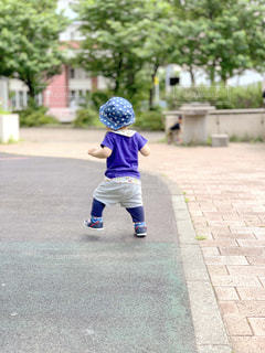 公園,夏,靴,緑,後ろ姿,歩く,帽子,子供,新緑,Tシャツ,赤ちゃん,幼児,初夏,スニーカー,1歳,ズボン,半袖,歩き始め