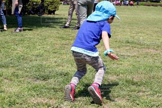 子ども,公園,芝生,足元,後ろ姿,帽子,子供,走る,腕,人物,背中,人,後姿,Tシャツ,ランニング,こども,幼児,男の子,スニーカー,4歳,浮く,半袖,助走