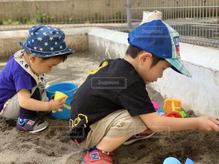 砂場であそぶ子供2人の写真・画像素材[2142366]