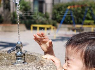 水浴びする子供の写真・画像素材[2152511]