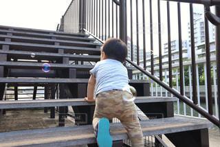 階段をハイハイで登る子どもの写真・画像素材[2195230]