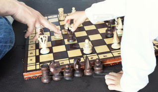 チェスをする2人の写真・画像素材[3193845]