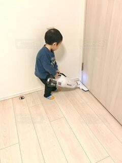 掃除機をかける男の子の写真・画像素材[4780073]
