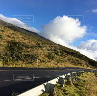 背景の山の高速道路の写真・画像素材[1249579]