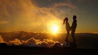 曇り空を歩く男の写真・画像素材[1777080]
