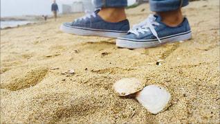砂浜に座る人の写真・画像素材[1803743]