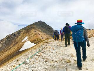 山の上に立つ人々の写真・画像素材[3008737]