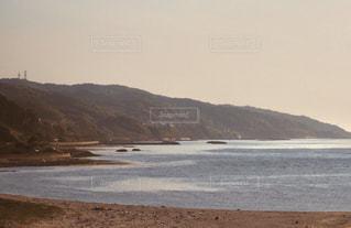 山を背景にした海の写真・画像素材[2911067]