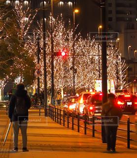女性,男性,5人以上,夜,傘,屋外,綺麗,車,イルミネーション,都会,信号,街灯,歩道,明るい,通り,リュック,グランフロント
