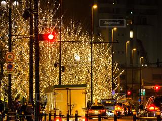 夜,屋外,赤,車,イルミネーション,都会,灯り,トラック,信号,街灯,交差点,通り,交通,車両,信号待ち,忙しい,シャンパンゴールド