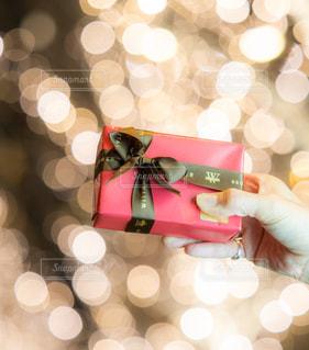 女性,1人,綺麗,手,イルミネーション,バレンタイン,明るい,グランフロント,想い,告白,ラッピング,シャンパンゴールド