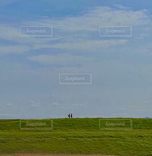 土手を歩くの写真・画像素材[2994072]