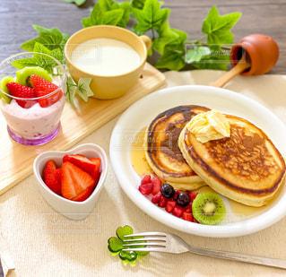 食べ物の皿をテーブルの上に置くの写真・画像素材[3196372]
