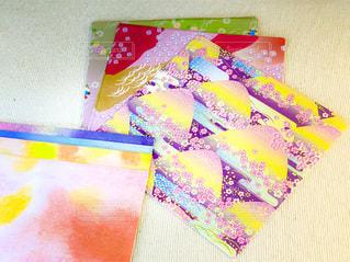 テーブルの上の折り紙の写真・画像素材[3364585]