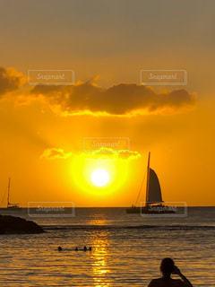 水の体に沈む夕日の写真・画像素材[3395309]