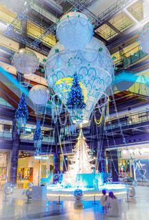 建物,屋内,気球,ライトアップ,クリスマス,明るい,イルミ,グランフロント,グランフロント大阪,クリスマス ツリー,グランフロントクリスマス,Grand Wish Christmas 2020,Winter Voyage Tree,「Winter Voyage -世界を繋ぐ希望の旅-」